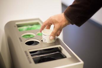Afvalscheiding_kartonnen_koffiebekers